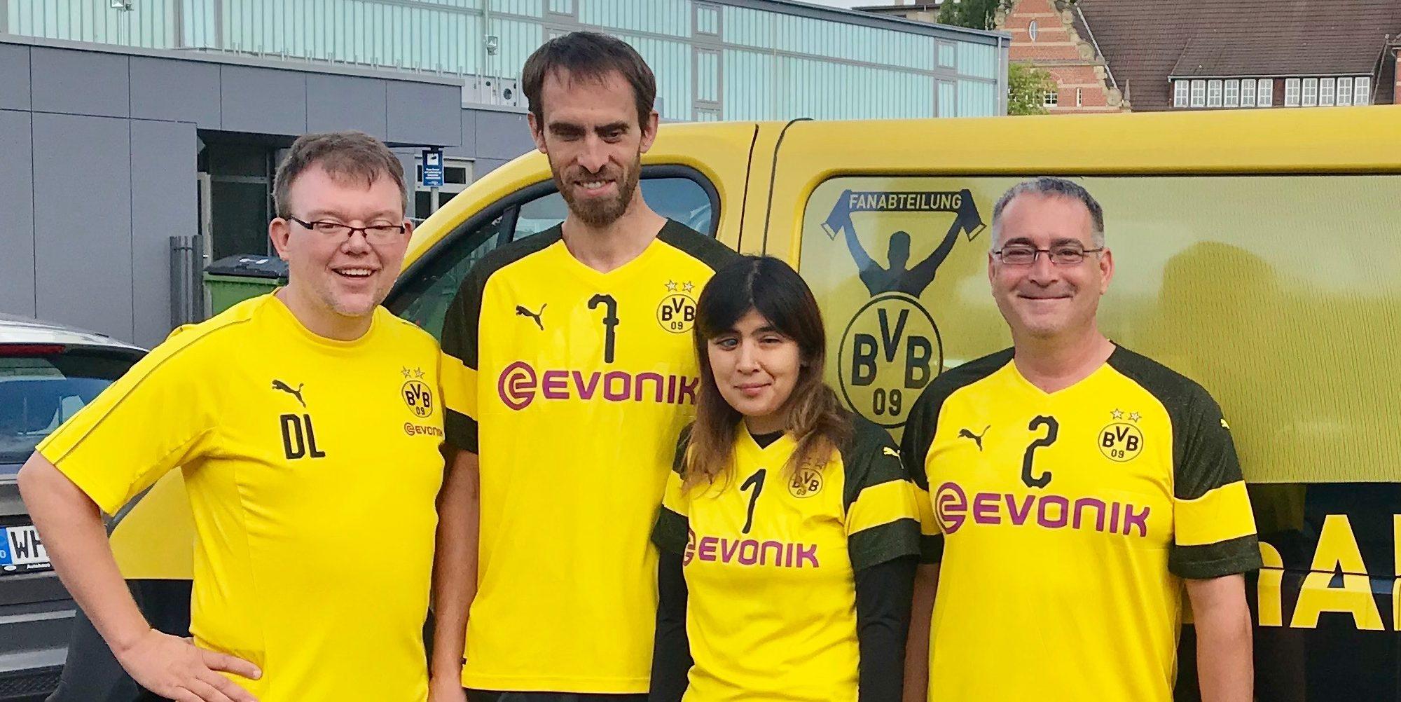 Mannschaftsfoto BVB komplett vor dem Auto