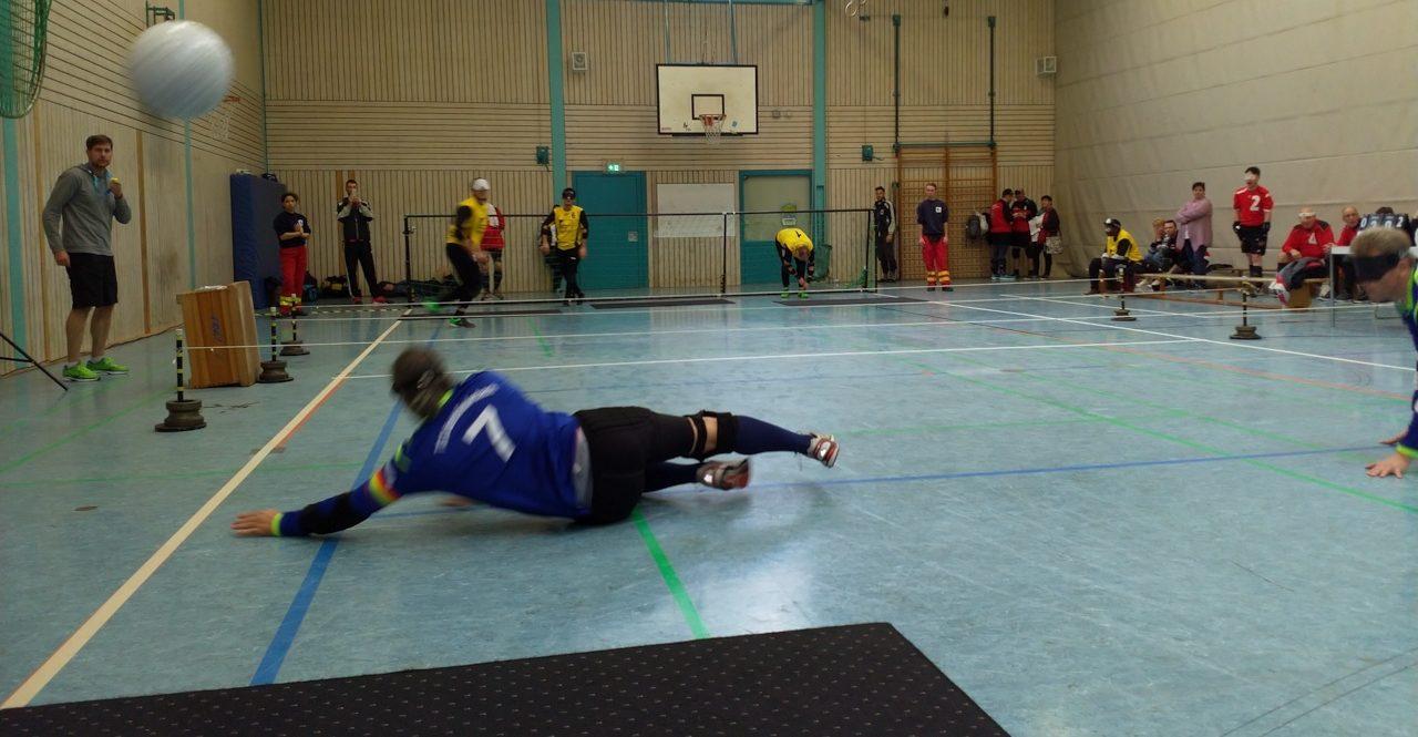 Spielszene: Spieler der TG Unterliederbach beim Abwehrversuch eines Penaltys