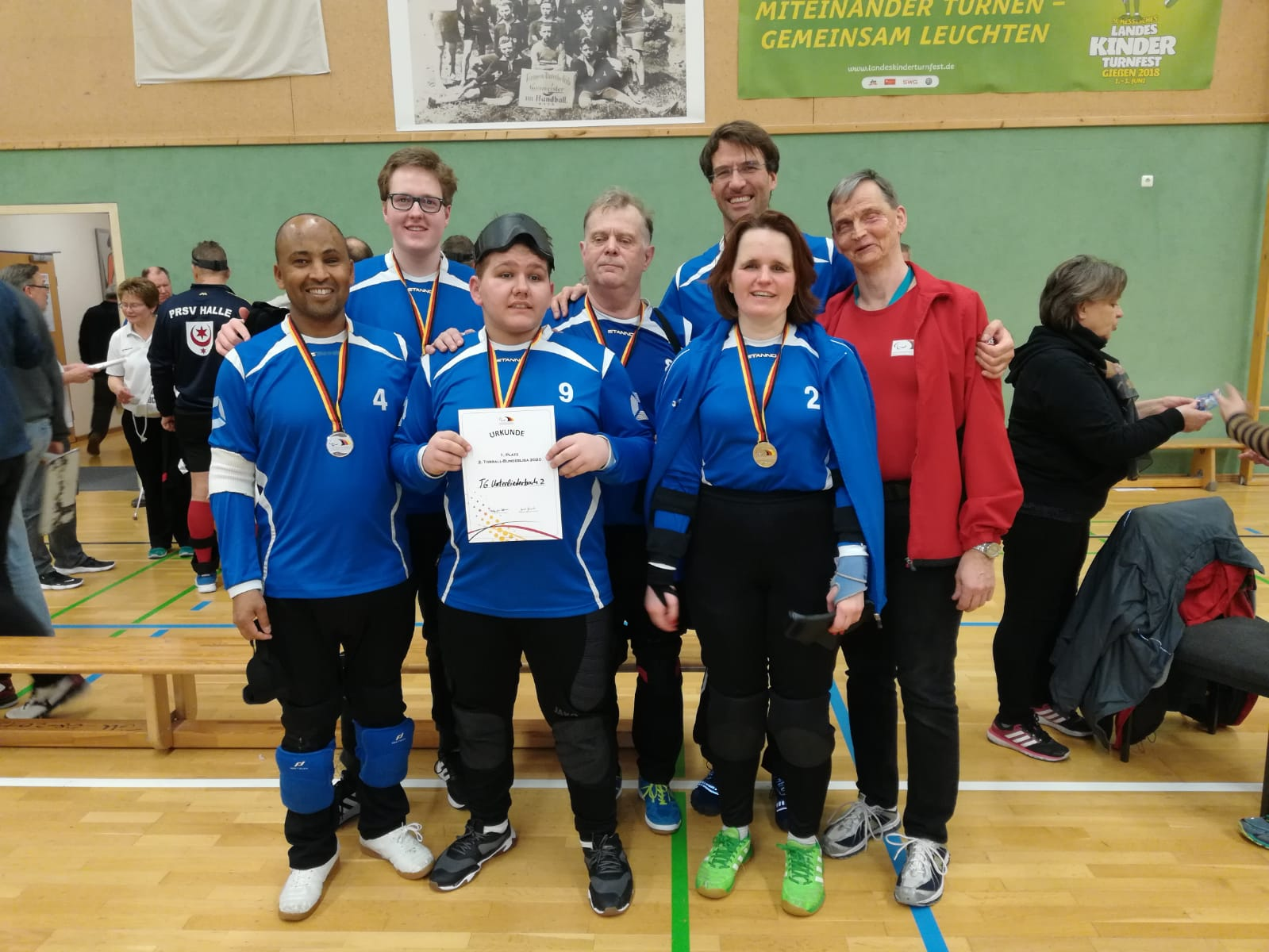 Das Team der TG Unterliederbach II mit der Urkunde für Platz 2