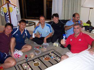 Alexander Knecht beim gemeinsamen Essen mit anderen Schiedsrichtern in Kuala Lumpur 2006